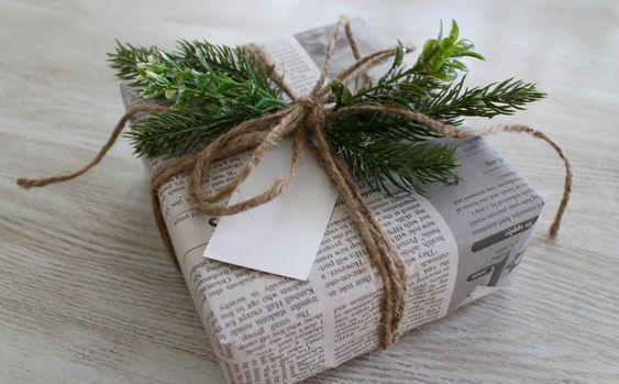Embrulhos em papel de jornal, atados com cordel.